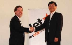 Then Jetstar CEO Alan Joyce and then Jetstar Pacific CEO Luong Hoai Nam in 2007. (Jetstar)