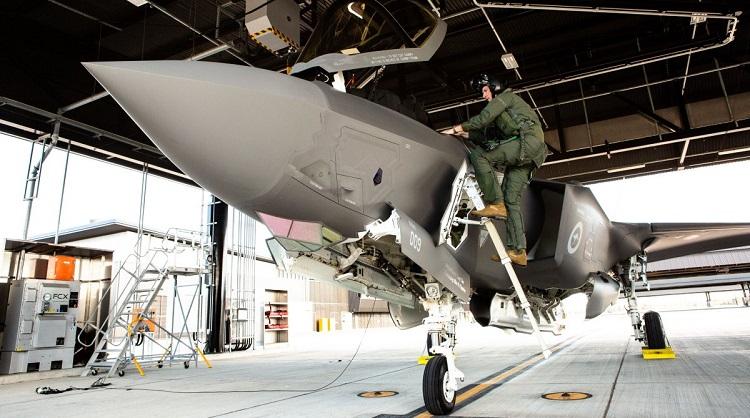 SQNLDR William Grady and an RAAF F-35A. (Defence)