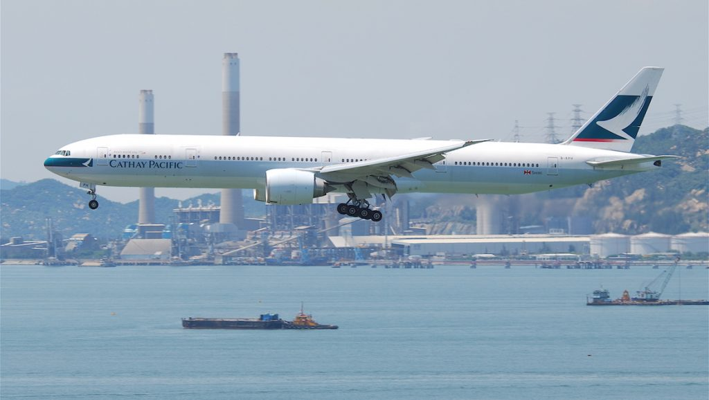 Cathay Pacific Boeing 777-300ER B-KPH flying over Hong Kong. (Aero Icarus/Wikimedia Commons)