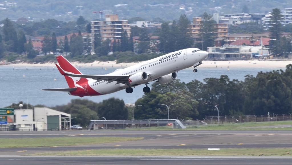 Qantas B737 VH-XZI reaches for the sky off 34L YSSY 12.2.21