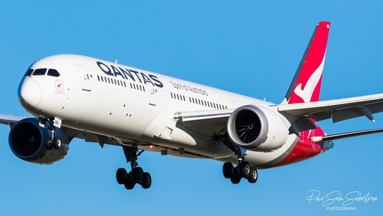 A Qantas Dreamline, VH-ZNB, landing at Melbourne Airport (Dave Soda)